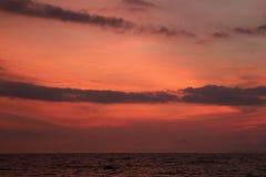 Cielo tropicale di tramonto di colore rosa ed arancio sopra il mare delicato di Wave Immagini Stock Libere da Diritti