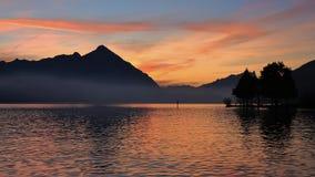 Cielo variopinto di sera sopra il Mt Niesen e lago Thun Fotografia Stock
