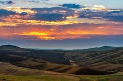 Cielo variopinto di tramonto sopra il campo arato molla immagine stock libera da diritti