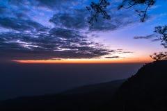Cielo variopinto e montagne prima di alba sulla mattina Fotografia Stock Libera da Diritti