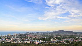 Cielo variopinto sopra la città di Hua Hin immagini stock