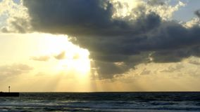 Cielo ventoso di crepuscolo sopra il mar Mediterraneo. video d archivio