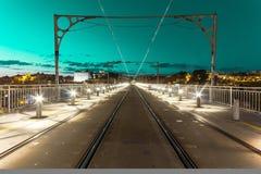 Cielo verde sobre los carriles Fotos de archivo