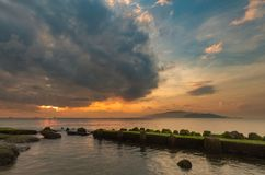 Cielo Vietnam de la salida del sol de la bahía de Nha Trang Imagen de archivo