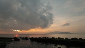 Cielo Vietnam de la salida del sol de la bahía de Nha Trang almacen de metraje de vídeo