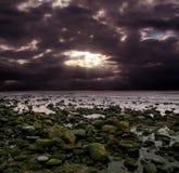 Cielo violeta en el océano imágenes de archivo libres de regalías