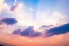 Cielo violeta en la puesta del sol con la línea ligera Imagen de archivo libre de regalías
