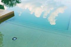 Cielo y árbol de la reflexión en piscina Imagenes de archivo