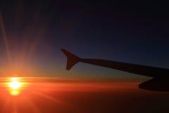 Cielo y aeroplanos de la puesta del sol Fotos de archivo