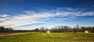 Cielo y campos de un tren en dirección del norte Foto de archivo