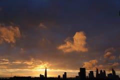 Cielo y casco de la puesta del sol en la ciudad de Londres Fotos de archivo libres de regalías