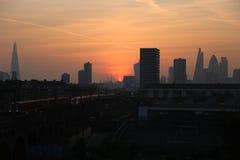 Cielo y casco de la puesta del sol en la ciudad de Londres Fotografía de archivo