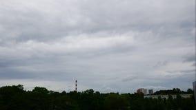 Cielo y central eléctrica móvil de las nubes Letonia 4K del lapso de tiempo de la puesta del sol almacen de metraje de vídeo