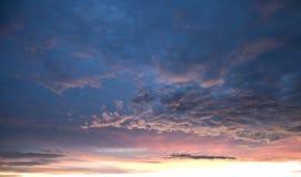 Cielo y Clounds después de la puesta del sol fotos de archivo