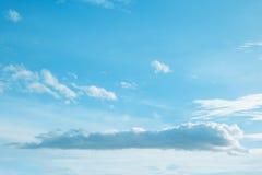 Cielo y couldy azules imagen de archivo