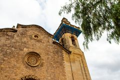 Cielo y el top del edificio viejo en Valdemossa, vista lateral de Mallorca españa imagenes de archivo
