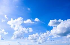 Cielo y fondo natural de las nubes del blanco Foto de archivo libre de regalías