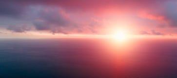 Cielo y luz anaranjados brillantes del sol Fondo del cielo en puesta del sol Composición de la naturaleza Fondo panorámico del ci fotografía de archivo