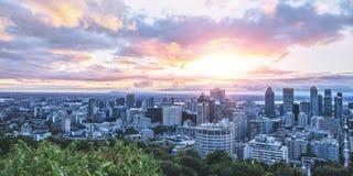 Cielo y luz hermosos de la salida del sol sobre la ciudad de Montreal en el tiempo de mañana Visión que sorprende desde Mont-real fotos de archivo libres de regalías