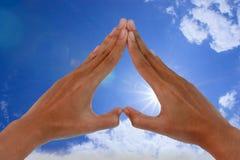 Cielo y mano de Sun Foto de archivo libre de regalías