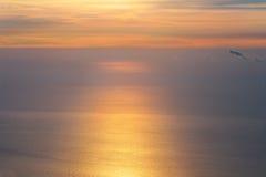 Cielo y mar crecientes en fondo hermoso del paisaje del infinito de la mañana de la salida del sol Fotos de archivo libres de regalías