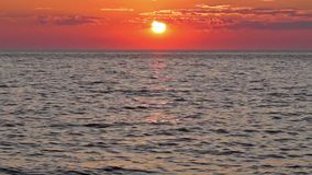 Cielo y mar de la puesta del sol almacen de video