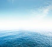 Cielo y mar tropicales imagen de archivo