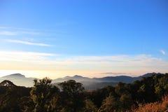 Cielo y montaña fotos de archivo