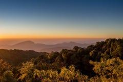 Cielo y montaña claros Imagenes de archivo
