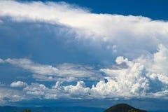 Cielo y montaña hermosos Fotos de archivo libres de regalías