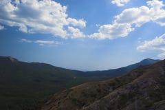 Cielo y montañas Imagen de archivo
