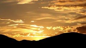 Cielo y montañas de la tarde metrajes