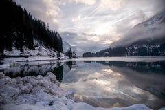 Cielo y nieve en el lago del espejo Foto de archivo libre de regalías