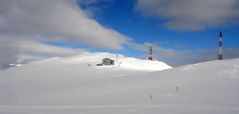 Cielo y nieve. Sinaia. Foto de archivo