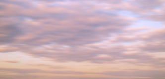 Cielo y nube de la puesta del sol de la falta de definición por la tarde foto de archivo