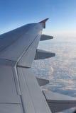 Cielo y nubes de una ventana del aeroplano Fotos de archivo libres de regalías