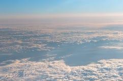 Cielo y nubes de una ventana del aeroplano Fotografía de archivo libre de regalías