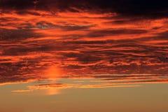 Cielo y nubes dramáticos imagenes de archivo