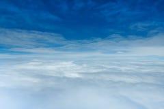 Cielo y nubes en la altura de 32.000 pies Fotos de archivo libres de regalías