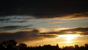 Cielo y nubes móviles Letonia del lapso de tiempo de la salida del sol metrajes