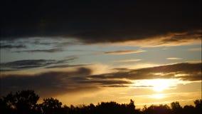 Cielo y nubes móviles Letonia 4K del lapso de tiempo de la salida del sol metrajes