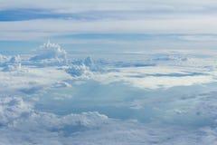 Cielo y nubes que miran la ventana del aeroplano de la forma Fotografía de archivo