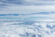 Cielo y nubes que miran la ventana del aeroplano de la forma Imágenes de archivo libres de regalías