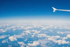 Cielo y nubes vistos de ventana plana Atmósfera, estratosfera, aire Cloudscape, tiempo, naturaleza Pasión por los viajes, aventur fotografía de archivo