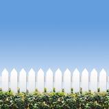 Cielo y pequeñas cercas blancas Imagenes de archivo