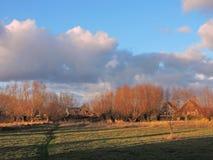 Cielo y prado de la puesta del sol Fotos de archivo