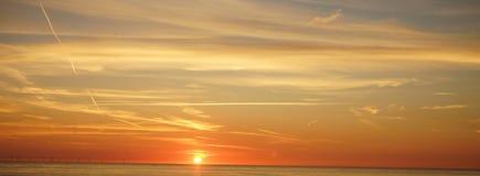 Cielo y puesta del sol en el northsea foto de archivo libre de regalías