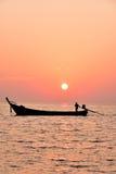 Cielo y siluetas hermosos de la persona y del barco mínimos Imagen de archivo libre de regalías