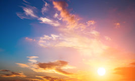 Cielo y sol de la puesta del sol. Cielo dramático de la puesta del sol con las nubes y el sol de color naranja. Foto de archivo libre de regalías