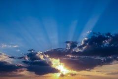 Cielo y sol detrás de las nubes foto de archivo libre de regalías